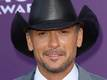 Tim McGraw helps fainting fan at...