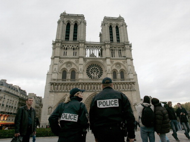 Hammer-wielding man shot after attacking Paris cop