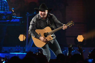 Garth Brooks picks up tab for couple's honeymoon