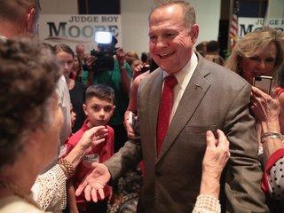 Alabamans stick with Moore despite allegations
