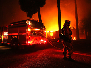 Kardashian and other celebrities flee wildfires